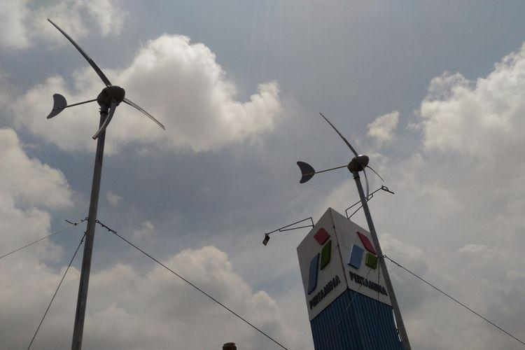 Universitas Pertamina membangun pembangkit listrik tenaga angin di atap gedung Universitas Pertamina, Simprug, Jakarta. Pemerintah mengajak perguruan tinggi mengembangkan energi baru terbarukan untuk mengantisipasi berkurangnya energi fosil.