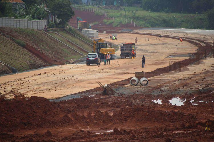 Pekerja menyelesaikan proyek pembangunan jalan tol akses Serpong - Kunciran sepanjang 11,20 km di Kawasan Jombang Ciputat, Tangerang Selatan, Banten, Jumat (02/02/2018). Jalan tol  ini merupakan bagian dari jaringan Tol JORR 2 yang nantinya akan menghubungkan Bandara Soekarno Hatta hingga Bitung Tangerang dan diharapkan mampu memecahkan penumpukan serta kemacetan yang ada di tol dalam kota maupun tol JORR.