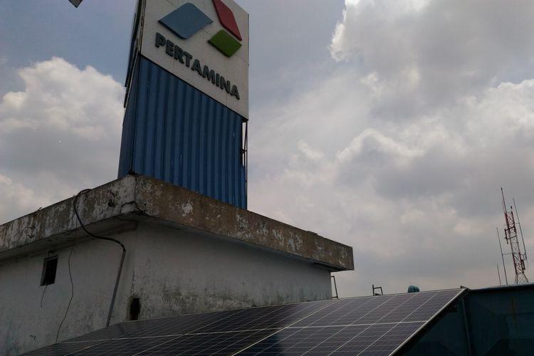 Panel surya di kampus Universitas Pertamina menghasilkan daya 10 KWP yang digunakan sebagai energi pendukung untuk pendingin ruangan.