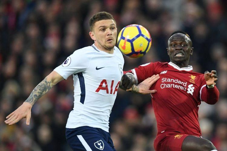Kieran Trippier dan Sadio Mane berebut bola pada pertandingan Premier League antara Liverpool dan Tottenham Hotspur di Anfield, Minggu (4/2/2018).