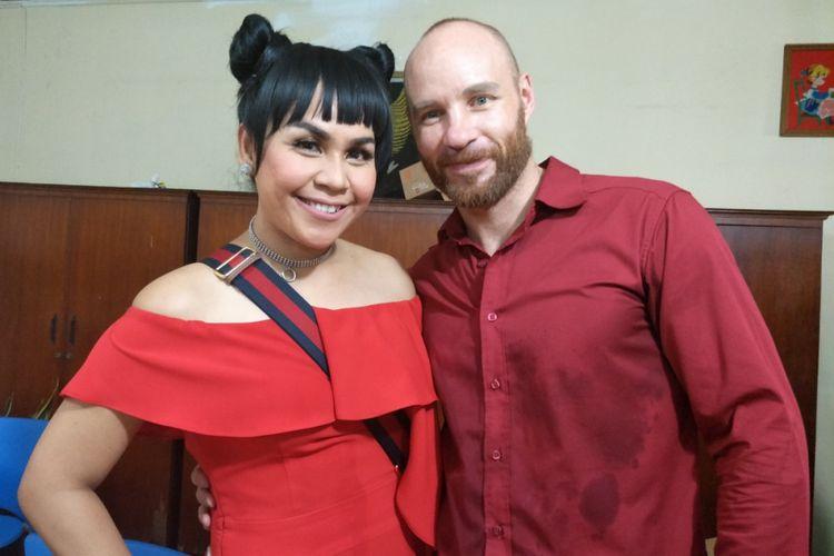 Melaney Ricardo dan suaminya, Tyson Lynch, usai perayaan ulang tahun anak pertama mereka di SLB Surya Wiyata, Bekasi, Jawa Barat, Minggu (4/2/2018).