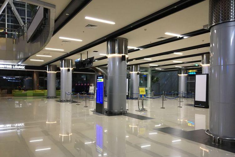 Suasana di Stasiun Kereta Bandara Soekarno-Hatta pada Senin (5/2/2018) malam. Layanan kereta dihentikan sejak pukul 18.10 WIB setelah ada jalur kereta di perlintasan menuju Batu Ceper yang longsor dan tidak aman untuk dilalui.