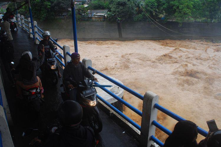 Warga berdatangan ke Bendungan Katulampa, Bogor, Senin (5/2/2018). Mereka penasaran dengan kondisi terkini bendungan. Sejak pagi, ketinggian muka air di bendungan ini sudah mencapai 220 sentimeter dan berstatus Siaga 1.