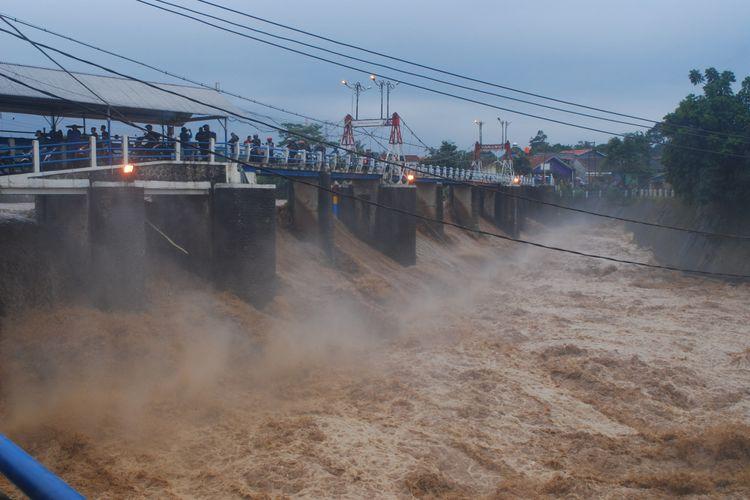 Lokasi Bendungan Katulampa, Bogor, Senin (5/2/2018). Sejak pagi, ketinggian muka air di bendungan ini sudah mencapai 220 sentimeter dan berstatus Siaga 1.