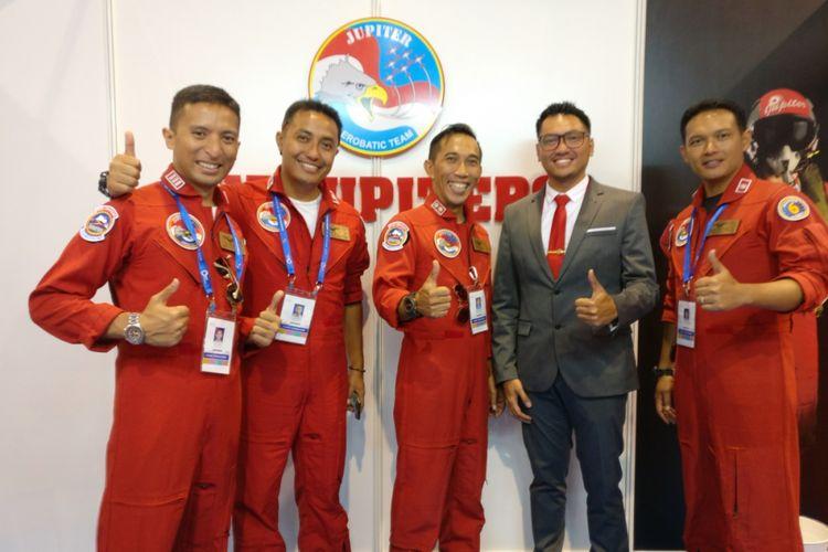 Beberapa anggota Jupiter Aerobatic Team TNI AU ditemui di Singapore Airshow 2018, Selasa (6/2/2018).
