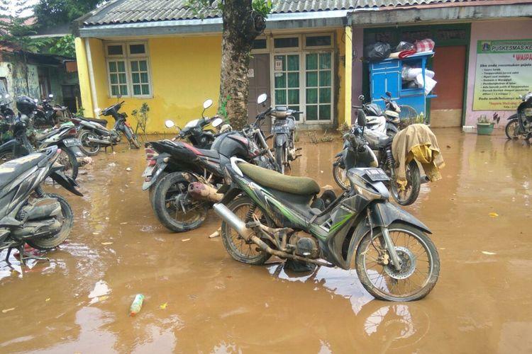 Sejumlah sepeda motor milik warga yang baru saja habis terendam banjir yang menerjang wilayah Jakarta Timur, Selasa (5/2/2018).