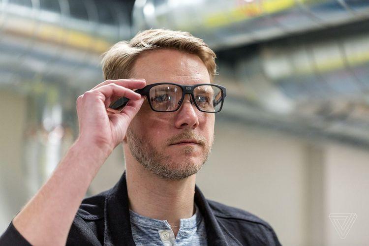 Seorang pria menjajal purwarupa kacamata pintar Intel bernama Vaunt.