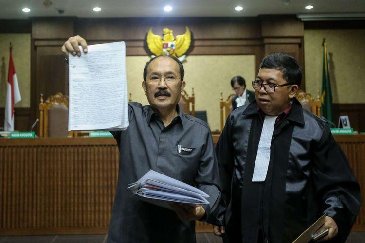 Advokat Fredrich Yunadi saat menjalani sidang perdana sebagai terdakwa di Pengadilan Tindak Pidana Korupsi Jakarta, Kamis (8/2/2018). Fredrich Yunadi didakwa menghalangi proses hukum yang dilakukan Komisi Pemberantasan Korupsi (KPK) terhadap tersangka mantan Ketua DPR Setya Novanto.