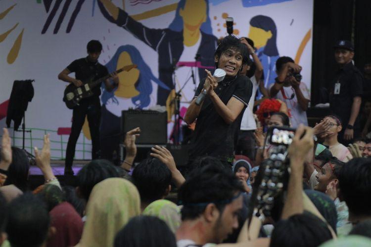 Aksi The Changcuters saat menghibur karyawan Kompas Gramedia di parkir Kompas Gramedia, Palmerah, Jakarta, Kamis (8/2/2018).