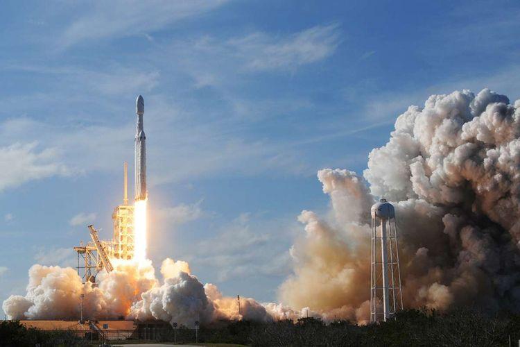 Roket Falcon Heavy milik SpaceX diluncurkan dari Pad 39A di Kennedy Space Center di Florida, AS, Selasa (6/2/2018) waktu setempat. Roket yang diklaim paling kuat di dunia itu meluncur sambil membawa mobil sport Tesla milik Elon Musk dalam misi uji coba melintasi luar angkasa.
