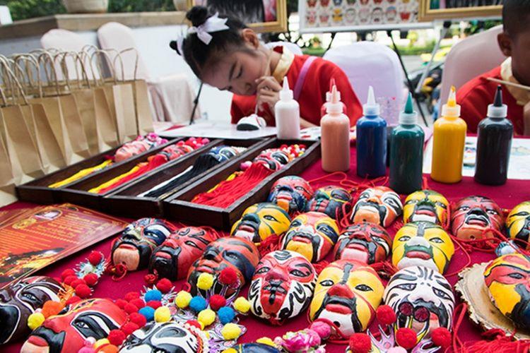Membuat kerajinan topeng khas Thailand saat Chinese New Year di, Bangkok, Thailand.