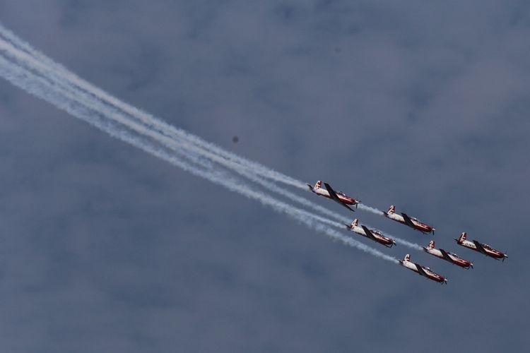Pesawat tempur tim aerobatik udara TNI-AU, Jupiter Aerobatic Team (JAT) beratraksi pada Singapore Airshow 2018 di Changi, Singapura, Sabtu (10/2/2018). Singapore Airshow 2018 merupakan ajang pameran tahunan terbesar bagi industri penerbangan di kawasan Asia yang diselenggarakan setiap dua tahun sekali dan berlangsung pada 6-11 Februari 2018.