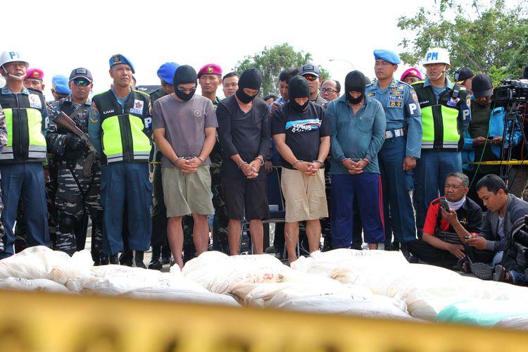 Empat Tersangka kurir Narkoba Jaringan Internasional yang merupakan ABK Kapal MV Sunrise Glory,  masing-masing Hsieh Lai Fu (52), Huang Chiang (40), Chencun Hang (39) dan Chen Chien (52) bersama barang bukti 1 Ton 29 Kg sabu
