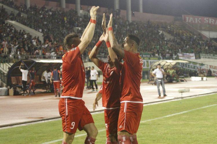 Para pemain Persija merayakan gol yang dicetak ke gawang PSMS Medan.