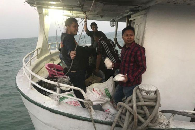 Sejumlah petugas memeriksa sejumlah karung yang ada di MV Sunrise Glory yang diduga mengangkut bahan baku sabu