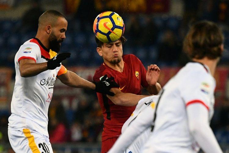 Gelandang AS Roma, Cengiz Under (tengah), berduel dengan pemain Benevento, Sandro (kiri), dalam laga Liga Italia di Stadion Olimpico, Roma, pada 11 Februari 2018.