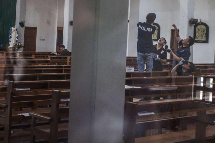 Petugas kepolisian melakukan olah Tempat Kejadian Perkara (TKP) kasus penyerangan di Gereja Katholik St. Lidwina, Jambon, Trihanggo, Gamping, Sleman, DI Yogyakarta, Minggu (11/2/2018). Polisi berhasil mengamankan satu tersangka dan masih melakukan penyelidikan terkait kasus penyerangan gereja yang melukai sejumlah umat serta merusak sejumlah fasilitas gereja dengan senjata tajam.