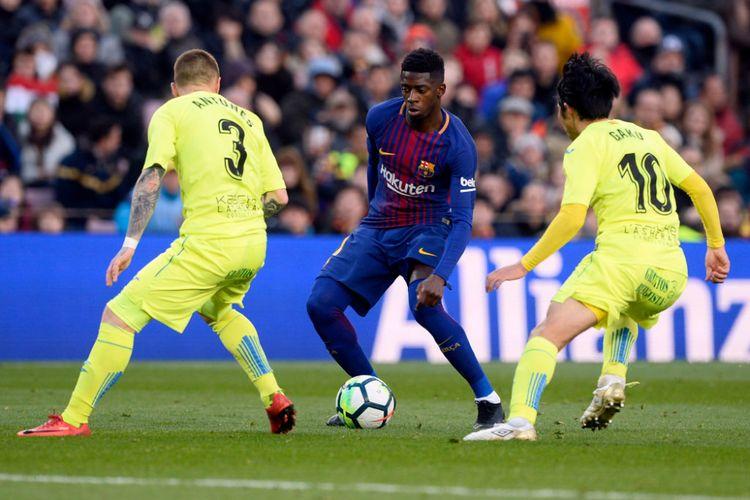 Pemain sayap Barcelona Ousmane Dembele mencoba melewati penjagaan pemain Getafe pada pertandingan La Liga di Camp Nou, Minggu (11/2/2018).