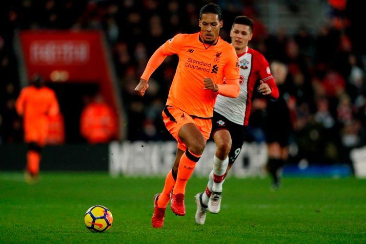 Bek Liverpool FC, Virgil van Dijk, berlari sambil mengontrol bola dalam laga Liga Inggris kontra Southampton di Stadion St. Marys, Southampton, pada 11 Februari 2018.