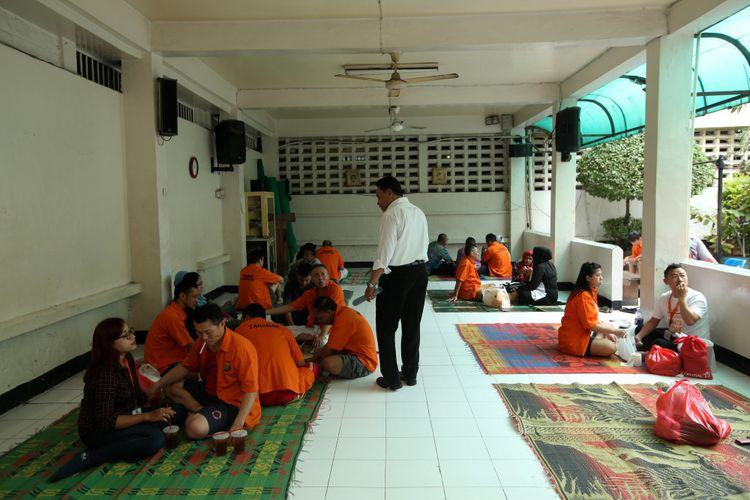 Suasana waktu besuk di ruang tahanan rutan Markas Kepolisian Daerah Metro Jaya, Jakarta, Rabu (14/2/2018). Kondisi rutan terbesar di Indonesia ini memiliki fasilitas yang cukup nyaman bagi para tahanan.
