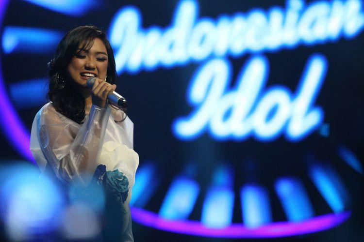 Finalis Marion Jola saat tampil dalam acara Indonesian Idol 2018 di Studio 11, MNC Studios, Kebon Jeruk, Jakarta Barat, Selasa (13/2/2018). Sejumlah kontestan tampil berkolaborasi saat memasuki Top 10 Indonesian Idol 2018.