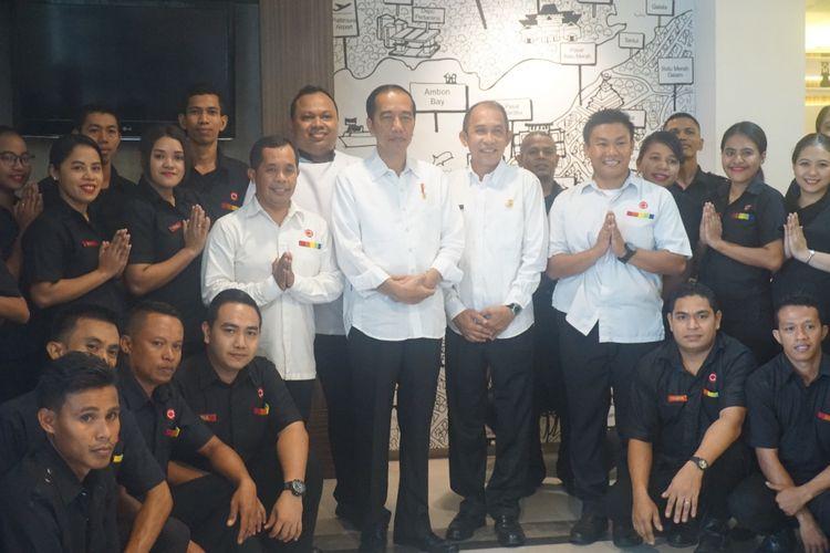 Presiden Joko Widodo bersama rombongan berfoto bersama denga staf Amaris Ambon.