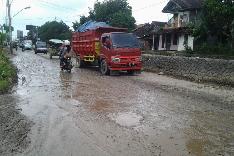 Jalan Kyai Asyari Kaliwungu Kendal Jawa Tengah, rusak parah