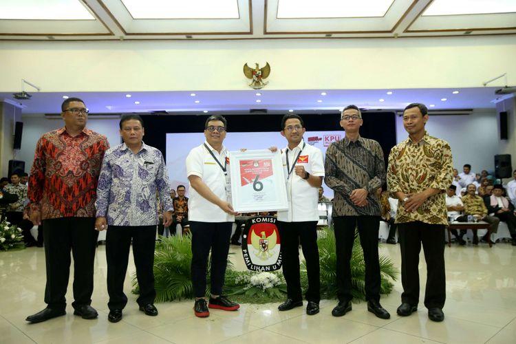 Ketua Umum Partai Garuda Ahmad Ridha Sabana (ketiga dari kiri) menunjukkan nomor urut 6 saat Pengambilan Nomor Urut Partai Politik untuk Pemilu 2019 di Gedung Komisi Pemilihan Umum (KPU), Minggu (18/2/2018). Empatbelas partai politik (parpol) nasional dan empat partai politik lokal Aceh lolos verifikasi faktual untuk mengikuti Pemilu 2019.