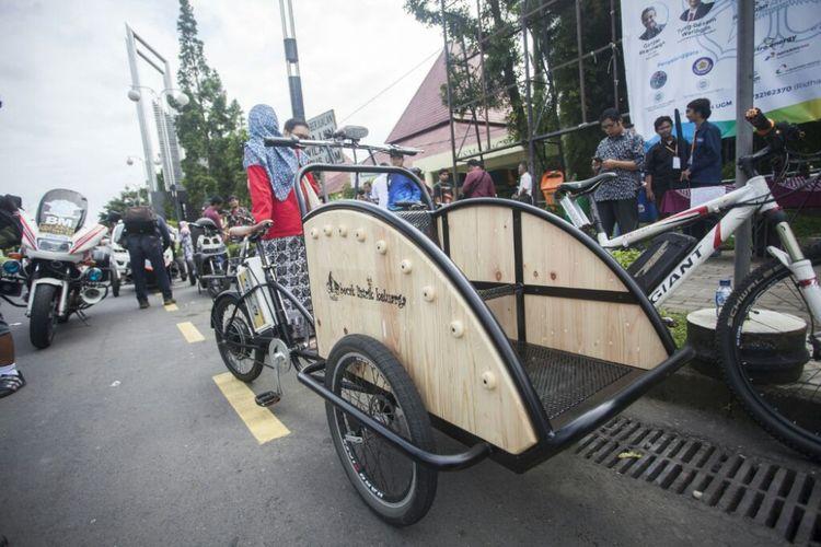 Becak listrik karya mahasiswa dan tim Fakultas Teknik UGM yang turut dalam parade kendaraan listrik keliling Yogyakarta