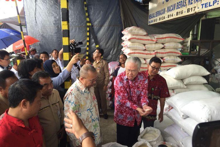 Mendag Enggartiasto Lukita saat meninjau harga beras di Pasar Induk Cipinang, Senin (19/2/2018)