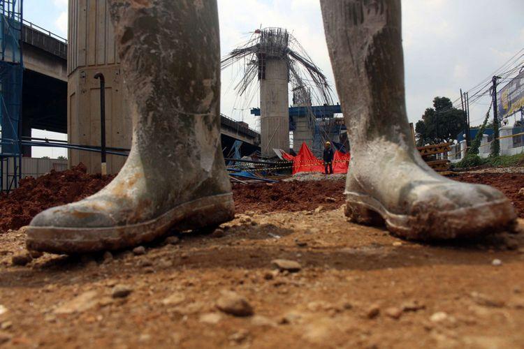 Kondisi pasca robohnya cetakan beton tiang pancang  proyek Jalan Tol Becakayu, di Jalan DI Panjaitan, Jakarta, Selasa (20/02/2018). Peristiwa tersebut terjadi pada pukul 03.00 WIB saat pekerja sedang melakukan pengecoran. Terdapat tujuh korban yang dilarikan ke Rumah Sakit UKI dan Polri.