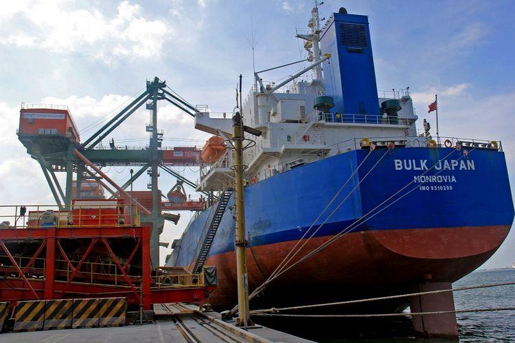Kapal Bulk Japan bersandar di terminal teluk Lamong, Pelabuhan Tanjung Perak Surabaya