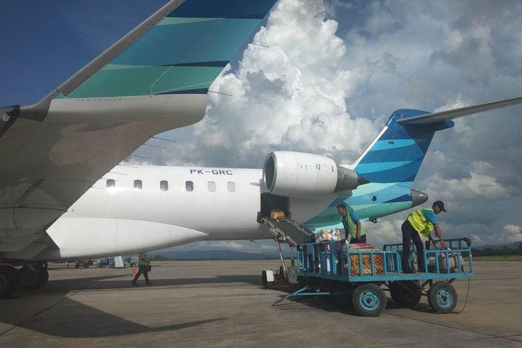 Proses pemindahan bagasi pesawat, di Bandara Soekarno-Hatta, Cengkareng, Senin (26/2/2018).