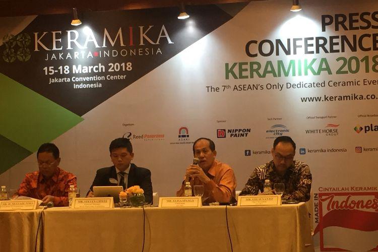 Asosiasi Aneka Industri Keramik Indonesia (ASAKI) Elisa Sinaga (kedua dari kanan) memberikan keterangan di Jakarta, Rabu (28/2/2018).