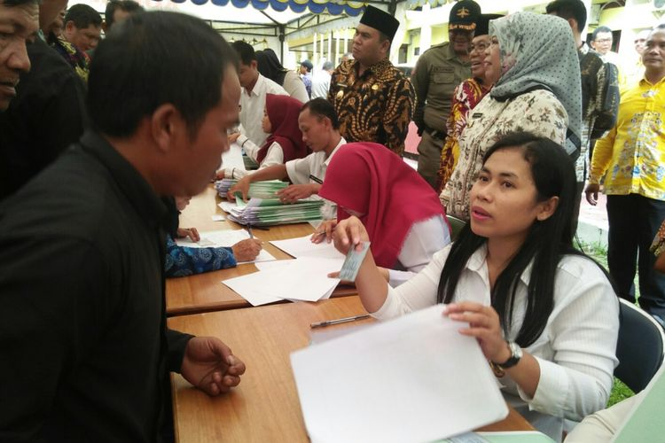 Petugas Badan Pertanahan Nasional (BPN) Kotawaringin Barat melayani penyerahan sertifikat tanah program Pendaftaran Tanah Sostematis Lengkap (PTSL), di Pangkalan Bun, Kamis (1/3/2018), disaksikan Bupati Nurhidayah dan Wakil Bupati Ahmadi Riansyah.
