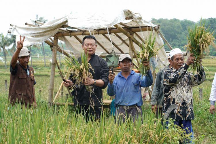 Calon Gubernur (Cagub) Jawa Barat TB Hasanudin menemui Petani Di Cilangkap, Kecamatan Sukamulia, Kabupaten Purwakarta, Rabu (7/3/2018).