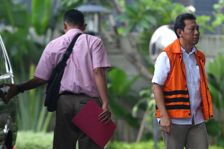 Tersangka Bupati Kebumen (nonaktif) Mohammad Yahya Fuad (kanan) tiba untuk menjalani pemeriksaan di gedung KPK, Jakarta, Kamis (8/3). Mohammad Yahya Fuad menjalani pemeriksaan perdana sebagai tersangka pasca ditahan KPK terkait kasus pengadaan barang dan jasa menggunakan dana APBD Kabupaten Kebumen tahun 2016. ANTARA FOTO/Sigid Kurniawan/ama/18.