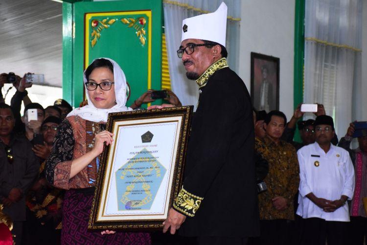 Menteri Keuangan RI, Sri Mulyani Indrawati mendapatkan gelar adat dari Kesultanan Tidore, Maluku Utara, Kamis (8/3/2018)