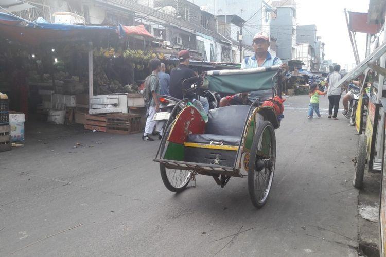 Tukang becak masih bisa ditemui di kawasan Telukgong, Jakarta Utara, Senin (12/3/2018).
