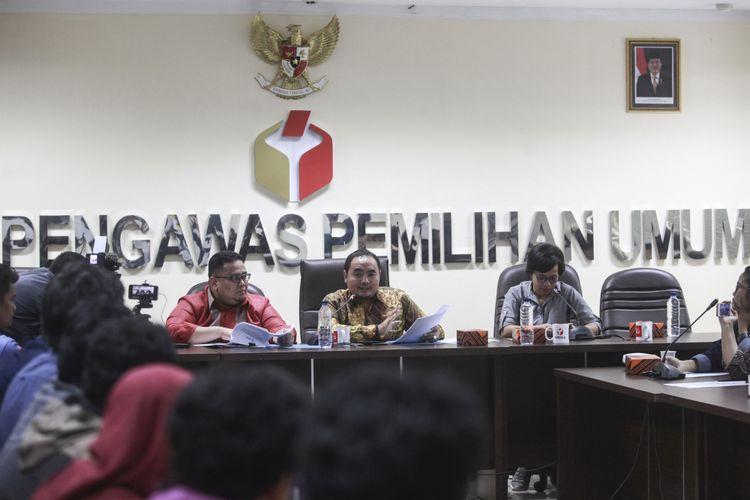 Anggota Bawaslu Mochammad Afifuddin (tengah) bersama Rahmat Bagja (kiri) dan Tim Asistensi Bawaslu Deytri Aritonang (kanan) memberikan keterangan kepada media tentang temuan dugaan sejumlah dana kampanye yang digunakan pasangan calon kepala daerah di luar rekening dana kampanye di kantor Bawaslu, Jakarta, Senin (12/3/2018). Berdasarkan analisis yang dilakukan Bawaslu atas Laporan Awal Dana Kampanye (LADK) pasangan calon kepala daerah yang diserahkan kepada KPU, terdapat total dana sebesar Rp 10.805.174.636 yang digunakan unit kampanye pilkada di tingkat kabupaten/kota, namun tidak digunakan dalam rekening dana kampanye. Sementara pada penyelenggaraan pilkada gubernur, dana kampanye yang digunakan di luar rekening dana kampanye tercatat sebanyak Rp 3.984.157.334.