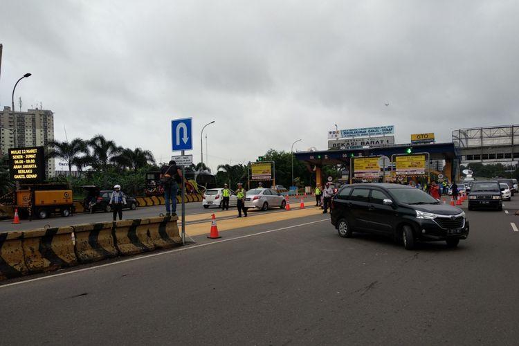 Suasana gerbang tol Bekasi Barat, Senin (12/3/2018). Pemberlakuan ganjil genap mulai diberlakukan hari jni