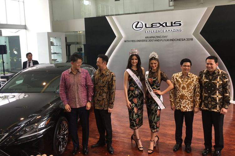 Miss Universe 2017, Demi-Leigh Nel-Peters bersama Puteri Indonesia 2018, Sonia Fergina Citra.