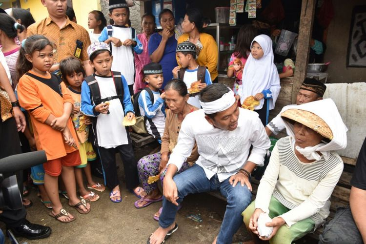 Cawagub Jabar Dedi Mulyadi, saat mendengar keluhan buruh tani di Kecamatan Sukatani, Kabupaten Bekasi, Selasa (13/3/2018).