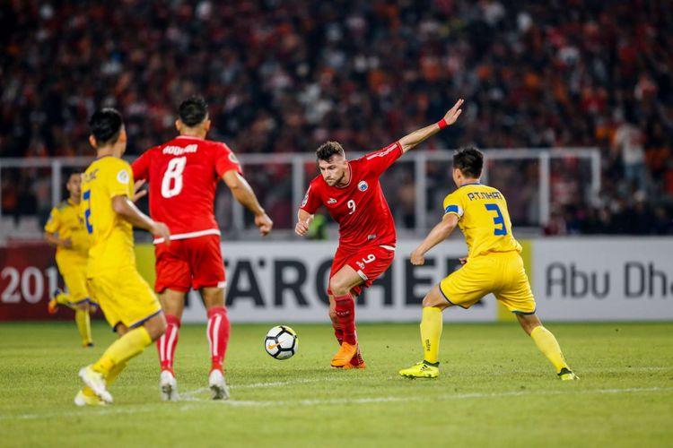 Pemain Persija Jakarta Marko Simic berebut bola dengan pemain Song Lam Nghe An pada laga kedua Grup H Piala AFC di Stadion Utama Gelora Bung Karno, Jakarta, Rabu (14/3/2018). Persija menang dengan skor 1-0.