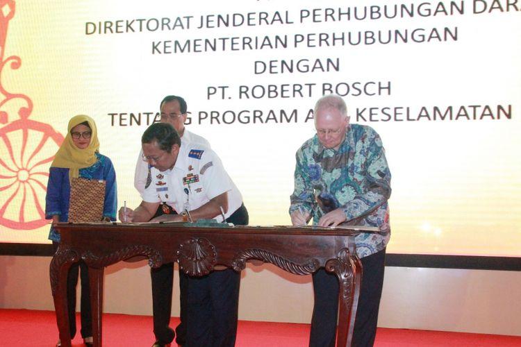 Managing Director Bosch di Indonesia, Andrew Powell (kanan), Direktorat Jenderal Perhubungan Darat Kemenhub, Budi Setiyadi (kiri) menandatangani Nota Kesepahaman kampanye keselamatan di jalan raya di Indonesia, Rabu (14/3/2017).