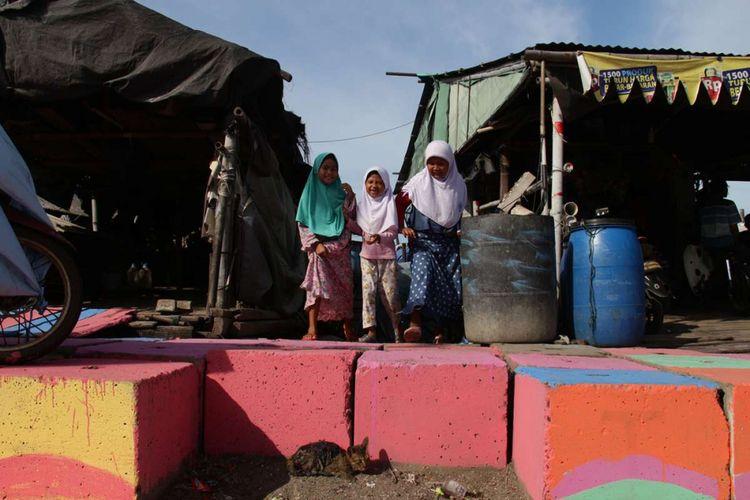 Suasana anak-anak melakukan aktivitas di Kampung Nelayan Kamal Muara, Penjaringan, DKI Jakarta, Rabu (14/3/2018). Agar terlihat lebih indah dan menghilangkan kesan kumuh, warga berinisiatif mengubah lingkungannya menjadi berwarna dan menjulukinya sebagai Kampung Pelangi di Utara Jakarta.