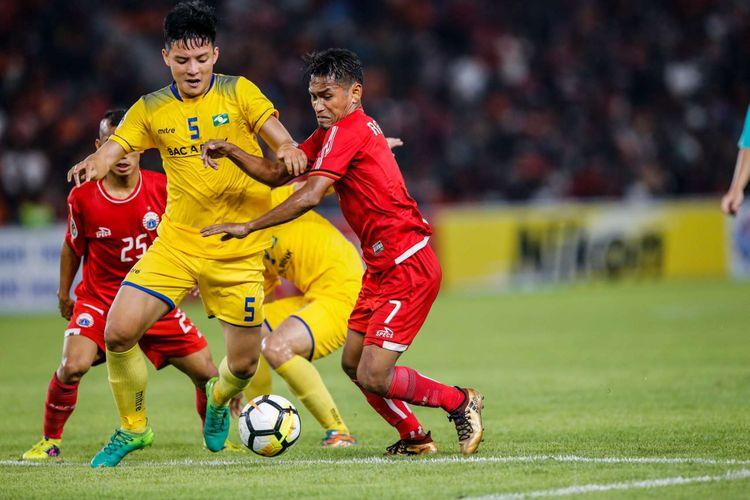 Pemain Persija Jakarta Ramdani Lestaluhu berebut bola dengan pemain Song Lam Nghe An pada laga kedua Grup H Piala AFC di Stadion Utama Gelora Bung Karno, Jakarta, Rabu (14/3/2018). Persija menang dengan skor 1-0.