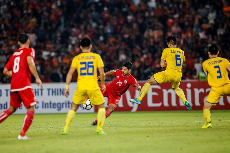 Pemain Persija Jakarta Bambang Pamungkas berebut bola dengan pemain Song Lam Nghe An pada laga kedua Grup H Piala AFC di Stadion Utama Gelora Bung Karno, Jakarta, Rabu (14/3/2018). Persija menang dengan skor 1-0.