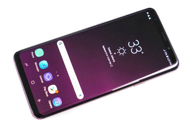 Unit Galaxy S9 Plus warna Lilac Purple, tampak depan dengan keadaan layar menyala.
