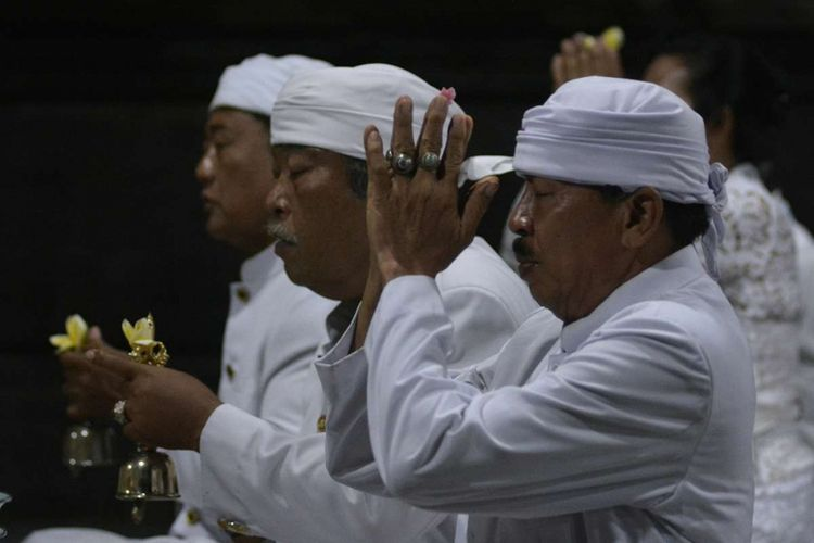 Umat Hindu melakukan persembahyangan bersama saat perayaan Hari Raya Saraswati atau hari turunnya ilmu pengetahuan, di Pura Desa Tuban, Badung, Bali, Sabtu (17/3). Umat Hindu setempat tetap melaksanakan persembahyangan Hari Saraswati secara sederhana dan selesai sebelum pukul 06.00 WITA karena tahun ini Hari Raya Saraswati jatuh bersamaan dengan Hari Raya Nyepi. ANTARA FOTO/Fikri Yusuf/kye/18